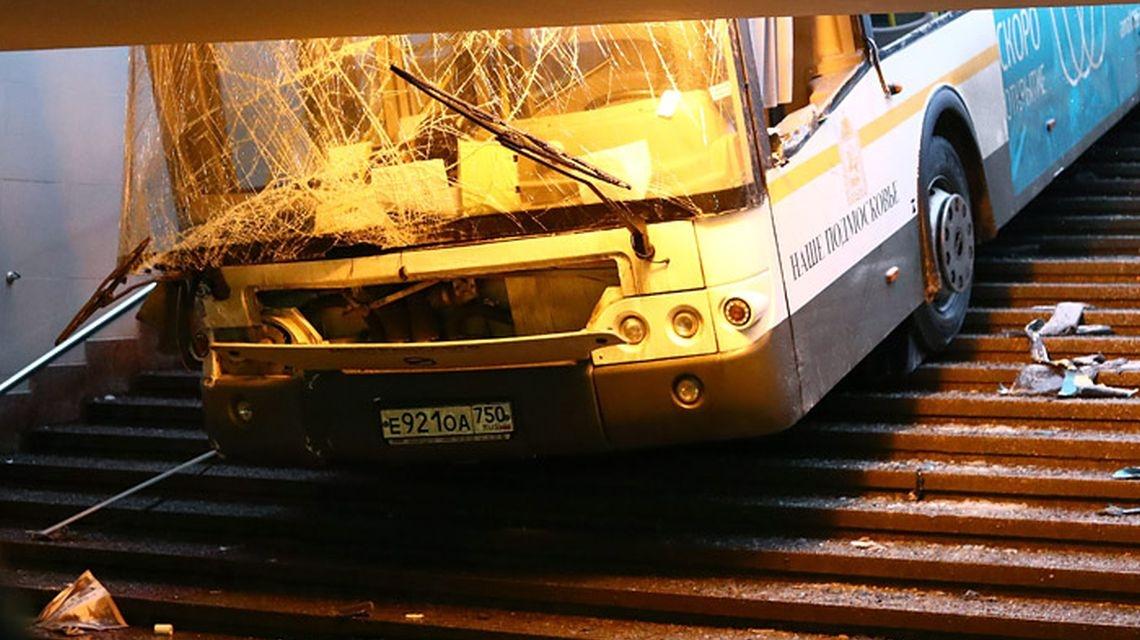 Автобус в Москве въехал в подземный переход. Есть жертвы